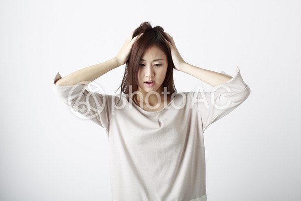 悩む女性1の写真