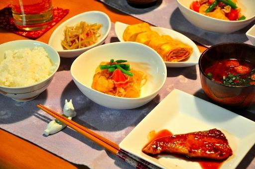 和食 食事 夕食 煮物 煮魚 肉じゃが おふくろの味 出汁巻き玉子 きんぴらごぼう 味噌汁 食べる 朝食 昼食 朝ごはん 旅館 ご飯