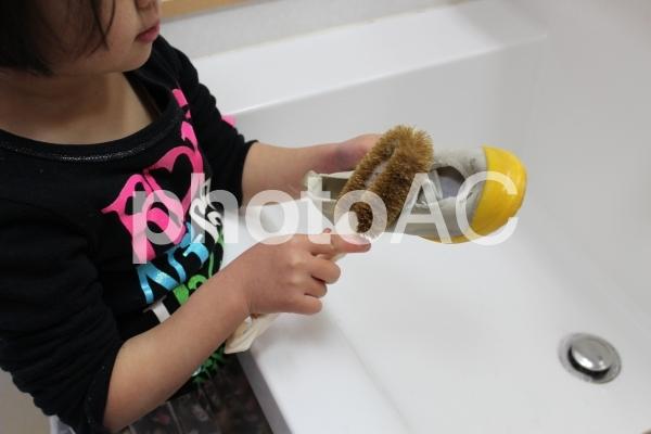 上靴を洗う女の子の写真