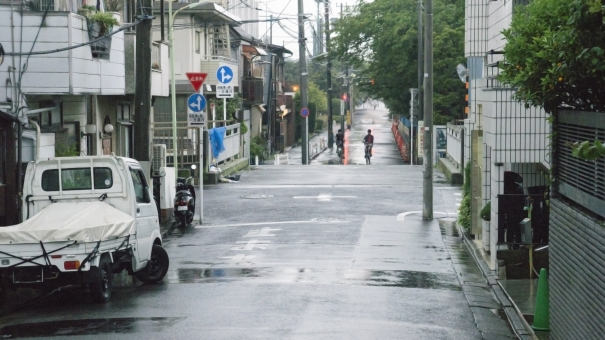 雨の日 雨の中 梅雨 5月 6月 7月 街中 田舎町 都会 閑静な住宅街 標識 軽トラック 止まれ 緑 木々 憂鬱 反射 水たまり 電柱 電信柱 家 道路 自転車 通学路