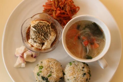 おうちごはん 手料理 ワンプレートランチ ワンプレート 味噌汁 玄米 玄米菜食 青菜 おにぎり 豆腐 かぶ 塩麹 キンピラ きんぴら ヤーコン わかめ 和食 白い皿