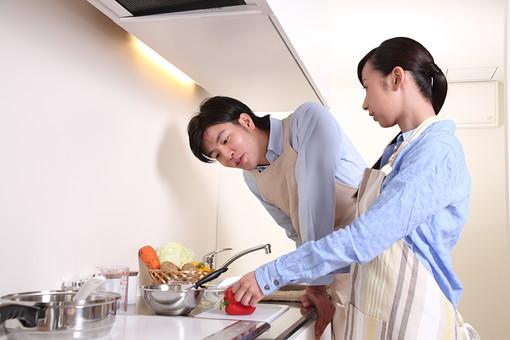 男 男性 女 女性 若者 20代 夫婦 人物 カップル ディンクス 料理 エプロン 野菜 パプリカ 赤ピーマン キッチン 台所 キャベツ にんじん 人参 じゃがいも 新婚 ライフスタイル 若い 日本人 mdjf033 mdjm003