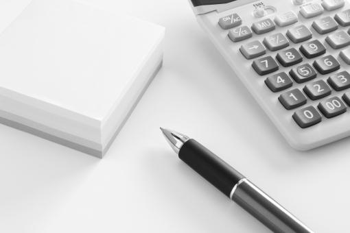 オフィス ビジネス 計算機 付箋紙 ペン イメージ デスク 仕事 業務 作業 事務処理 経理 素材 背景 背景素材 電卓 ウェブ素材 ブログ素材 ホームページ素材 残務 データ集計 情報処理 web素材
