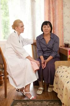 室内 屋内 外国人 老人 高齢者 女性 おばあさん おばあちゃん 患者 女医 白人 金髪 白衣 医師 医者 スカート 病院 病室 個室 家 自宅 寝室 ベッドルーム 座る 並ぶ 話す しゃべる 会話 相談 診察 往診 椅子 いす イス 訪問 訪問診療 mdfs016 mdff142