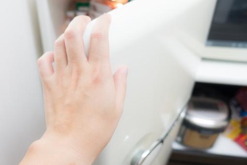 冷蔵庫 オープン 食材 開ける 電化製品 冷える 手 家事 料理 台所 キッチン 炊飯器 飲み物 食べ物 手 男性 独り暮らし 食事 探す 賞味期限 家
