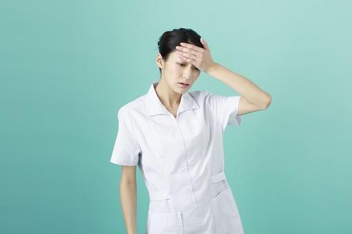 人物 女性 日本人 20代 30代   仕事 職業 医療 病院 看護師  ナース 医者 医師 女医 薬剤師  白衣 看護 屋内 スタジオ撮影 背景  グリーンバック おすすめ ポーズ 上半身 発熱 熱 風邪 体調不良 mdjf010