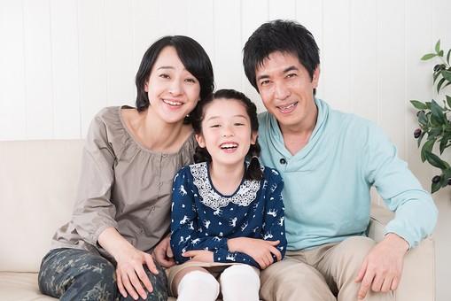 人物 日本人 家族 親子 ファミリー こども 子供 女の子 小学生 30代 3人 屋内 室内 部屋 リビング ソファ 座る 集まる 寄り添う 笑顔 寛ぐ リラックス 楽しい 団欒 だんらん 正面 カメラ目線   mdjf017 mdfk014 mdjm016