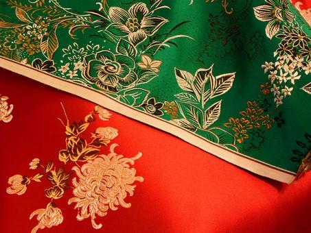 布 生地 中国 中国風 中華 中華風 チャイナドレス 絹 シルク サテン レーヨン ポリエステル 化学繊維 刺繍 花 植物 模様 柄 繊維 光沢 アジア 素材 背景 バックグラウンド テクスチャ 赤 緑