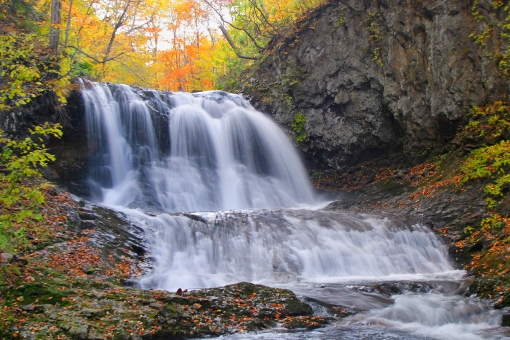 紅葉 見ごろ 秋 滝 平和の滝 札幌 川 琴似発寒川 渓流 急流 渓谷 狭谷 スローシャッター 水の流れ 川の流れ 急流