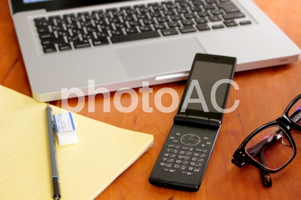 パソコンとガラケー4の写真