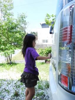 車 洗車 女の子 小学生 小学 こども 子ども 子供 洗う 車を洗う あらう 夏 夏休み 7月 8月 庭で 庭 庭で洗車 素材 材料 人物 季節 背景 人間 風景 縦 スポンジ