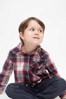 人物 こども 子ども 子供 男の子   少年 幼児 外国人 外人 かわいい   無邪気 あどけない 屋内 スタジオ撮影 白バック   白背景 ポートレート ポーズ キッズモデル 表情  シャツ  カジュアル 座る あぐら 胡座 上を見る 見上げる mdmk010