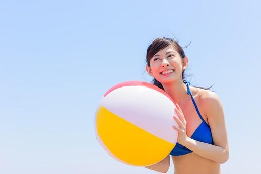 ビキニ 水着 日本人 ビーチ 海 砂浜 人物 旅行 旅 観光 オーシャン 青 ブルー 波 トラベル ホリデー 青空 晴天 晴れ 美女 綺麗 野外 屋外 夏 常夏 楽園 ビーチバレー ビーチボール 遊び ビーチスポーツ 一人 ボールを持つ 持っている 上半身 女性 海水浴 mdjf011