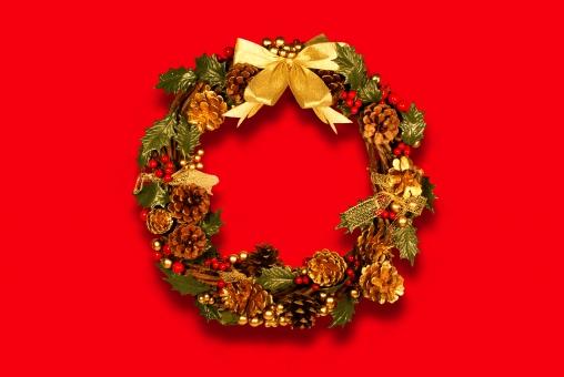 クリスマス リース 手作り 手造り 柊 ヒイラギ 松ぼっくり ゴールド 金色 俯瞰 リボン 金リボン 影 シャドー 影あり シャドーあり 切り抜き おしゃれ 可愛い かわいい アナログ 豪華 派手 赤背景 xmas christmas グリーン 葉っぱ 葉 明るい