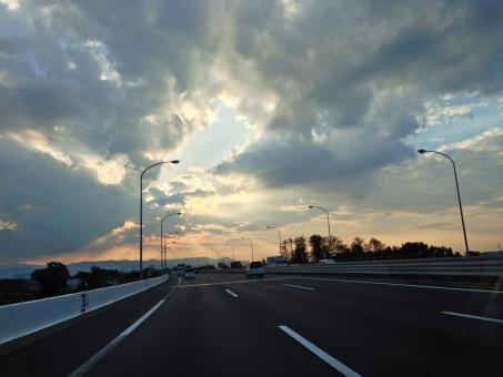 高速道路 ハイウェイ 自動車道 道 みち 高速 こうそく スピード speed 道路 どうろ 早い 速い はやい 雲間 雲 くも 空 そら 日光 逆光 光線 雲間からの光 薄明光線 天使の梯子 天使のはしご 天使の階段 照明 白線 夕方