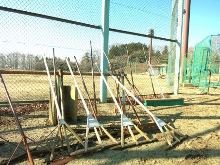 グランド グラウンド 地 ならし 慣らし 整備 片付 掃除 用具 部活 野球 部 ソフト ボール 球技 体育 運動 スポーツ ネット 校庭 コート 場 公園 部員 新入部員 応援 晴天 土 試合