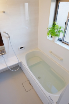 浴室 お風呂 バスルーム 住まい シャワー 住宅 屋内 空間 部屋 風呂 家 窓 建物 湯船 お湯 不動産 間取り 白 ホワイト 新築 物件