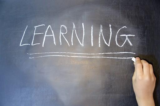 学校 勉強 学び 教育 授業 クラス 教室 黒板 発表 英語 アルファベット LEARNING 授業 説明 タイトル 覚える ラーニング チョーク 白い 粉 字 英字 ブロック体 見やすい 大きい