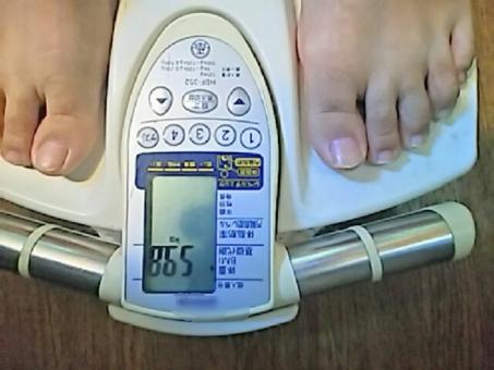 体重計 ダイエット 健康 メタボ 足 太い 太った 女性 健康診断