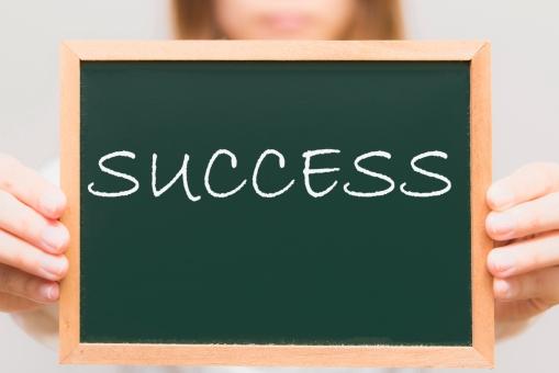 サクセス 成功 手順 方法 上昇 昇給 昇格 出世 黒板 手 持つ 女性 ビジネス 学校 先生 ティーチャー 教える 知らせる アナウンス 書く ボード 会社 企業 案内 お知らせ 四角 スクウェア セミナー 授業 会議 ミーティング 打ち合わせ 連絡