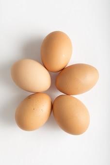 たまご 卵 玉子 エッグ 星形 ほしがた 多角形 楕円 白バック 卵色 ベージュ 白 料理 並べる 生き物 食べ物 食材 食料 置く 置いてある 物撮り 屋内 人物なし 上から 殻 斑点 5個 整然 複数 レシピ 鶏 にわとり ニワトリ