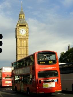 海外 イギリス ロンドン ビッグベン バス 街並み 晴れ 観光 外国 旅行 赤 England London bus 時計塔 Big Ben ウエストミンスター 国会議事堂 鐘 音 時を刻む 青空 Europe ヨーロッパ