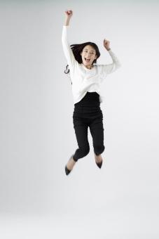 女性 女 女子 ウーマン woman 20代 30代 モデル 美人 長髪 おすすめ ポーズ 黒髪 日本人 白背景 白バッグ レディ lady ジャンプ jump 跳ぶ 飛び跳ねる 喜ぶ 嬉しい 歓喜 ガッツポーズ 笑顔 スマイル smile えがお 笑う ロングヘアー 全身 mdjf010