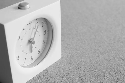 モーニングコール 早朝 朝 あさ アサ 起きる 起床時間 起床 時刻 時間 目覚まし時計 仕事 会社 遅刻 寝坊 背景 素材 背景素材 壁紙 イメージ モノクロ スペース コピースペース 広告 伝言 モーニング 朝方 二度寝 寝過ごす スタート