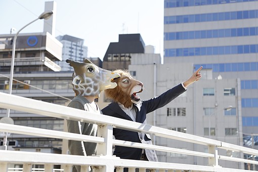 動物 動物マスク 人物 人間 ビジネス 会社 社員 会社員 社長 従業員 ライオン キリン 男性 屋外 手すり 立ち話 指さす 目指す 目標 注目 眺める 見る 仕事 2人 サラリーマン 部下 上司 LionPresident