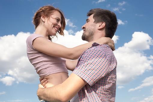 人物 外国人 外人 カップル 恋人  夫婦 男女 2人 大人 モデル  ポーズ 屋外 野外 空 青空  雲 自然 ファッション シャツ ラフ  カジュアル 田舎 カントリー ラブラブ ハッピー  幸せ 仲良し 上半身 抱きしめる 抱き上げる 抱く 向き合う mdfm060 mdff104