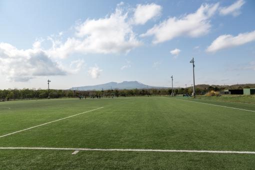 サッカー フットボール グラウンド 芝 ピッチ フィールド 晴れ 快晴 樽前山 青空 人工芝 北海道 山 火山