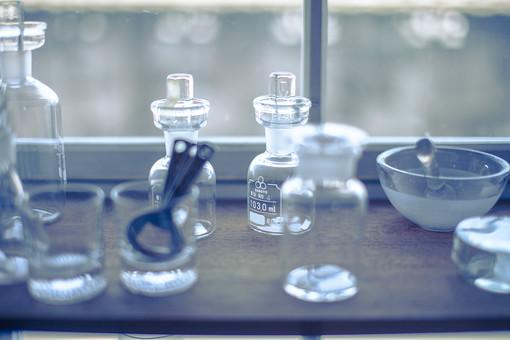 理科 化学 サイエンス 医療 メディカル 薬剤 処方 実験 研究 分析 器具 試薬瓶 乳鉢 乳棒 シャーレ グラス コップ 栓抜き ガラス製 透明 アンティーク コレクション インテリア 雑貨 ディスプレイ 窓際 日差し アンティークショップ ボケ味