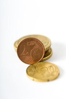 お金 コイン 通貨 貨幣 小銭  つり銭 マネー 外国 外貨 貯金  貯蓄 金融 経済 ビジネス 価値  チップ お釣り ユーロ ヨーロッパ 海外  アップ 白バック 白背景 複数 素材 硬貨 EU ユーロコイン セント