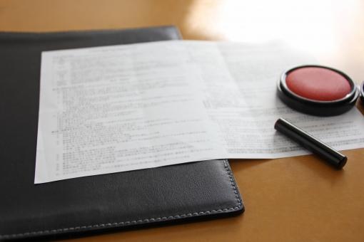 契約 書類 サイン サインをする 判を押す 判をする 判 ハンコ はんこ 判子 契約書にサインをする 重要書類 稟議書類 取り決め 決める 承認する 承認印 ビジネス 企業 会社 営業 住宅 家 営業マン 取引き 取り引き 取引 証拠 認める 認可