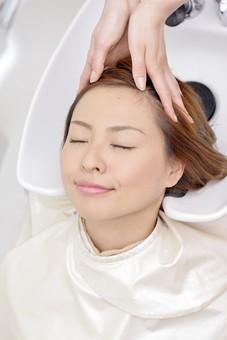 人物 女性 日本人 若い 若者  20代 お客 モデル カットモデル 美容室  美容院 ヘアーサロン  仕事 職業 美容師  屋内 お店 店内 ヘアカット ヘアセット セミロング  美容 ビューティー おしゃれ オシャレ ケープ  シャンプー台 洗髪 洗う 髪の毛 シャンプー アップ mdjf003
