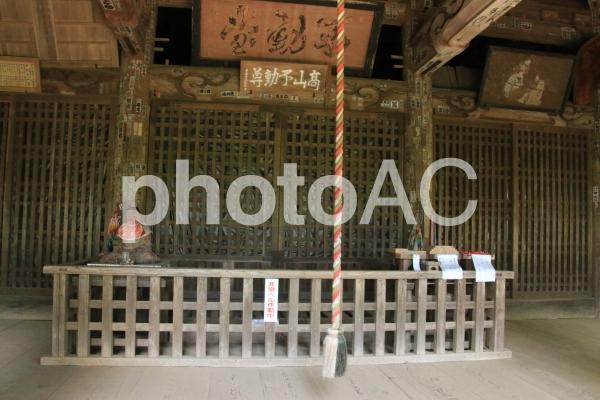 高山不動の社殿の中の写真