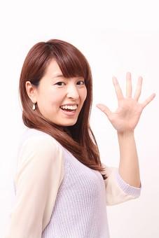 人 人間 人物 人物写真 ポートレート ポートレイト 女性 女 女の人 若い女性 女子 レディー 日本人 茶髪 ブラウンヘア セミロングヘア  白色 白背景 白バック ホワイトバック  手 指 ポーズ 手のポーズ  肘を曲げる  指を広げる 手のひら 5 五個 五つ 挨拶 笑顔 笑う 手を広げる 手を開く 歯 数 手のひら 掌 装身具 ピアス アクセサリー バイバイ 手を振る mdfj012