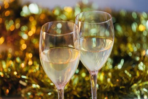 パーティー 宴会 イベント 催し 行事  飲み会 おもてなし 飲食 飲み物 ドリンク  お酒 アルコール グラス テーブル 屋内  室内 レストラン ホテル ホームパーティー 華やか  グラス カクテル シャンパン 飾り モール 金色 アップ 無人 クリスマス ワイン 白ワイン ワイングラス 誕生日