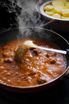 インドカレー作り インドカレー スパイス スパイシー とり肉 カレー とり肉のカレー カリー curry indiancurry おたま フライパン 調理 料理 カレー作り クッキング