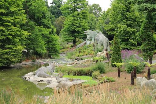 England United Kingdom UK London 倫敦 英国 異国 イギリス ロンドン 世界都市 海外 外国 植物 樹木 木々 緑 茂る 生い茂る 石碑 石 石造り 飾り 葉 リーフ 広場 公園 池 水辺 水