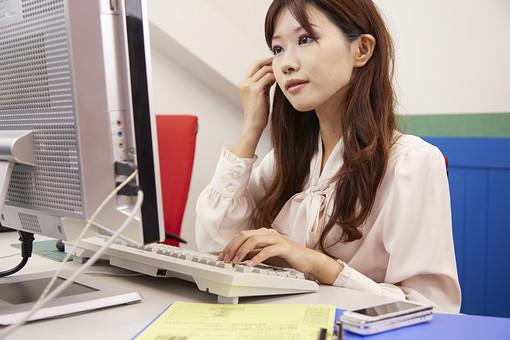 女性 OL 若い女性 女 人物 部屋 日本人 ライフスタイル 会社員 ポートレート ロングヘア 茶髪 仕事 会社 オフィス デスクワーク パソコン キーボード ネット インターネット 求職 パート アルバイト デスク デスクトップ mdjf039