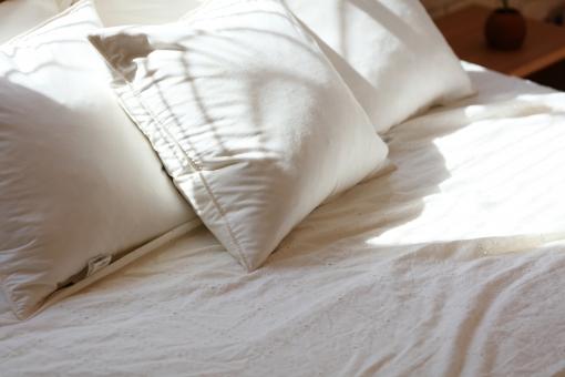 暮らし 日差し インテリア 家 家具 余白 設備 ベッド 住宅 日当たり 住まい 横位置 寝具 寝室 主寝室