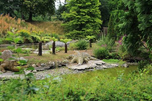England United Kingdom UK London 倫敦 英国 異国 イギリス ロンドン 世界都市 海外 外国 植物 樹木 木々 緑 茂る 生い茂る 石碑 石 石造り 飾り 葉 リーフ 広場 公園