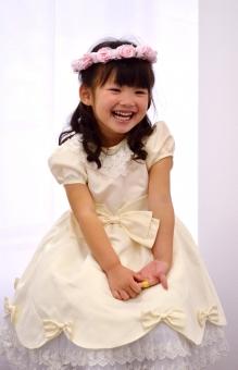 子供 女の子 笑顔 おめかし ドレス 花冠 日本人