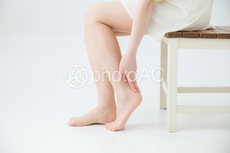 美脚を触る女性の写真