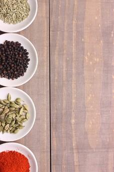スパイス 調味料 香辛料 香料 食べ物 食材 乾燥 グリーンカルダモン フェンネル ブラックペッパー チリパウダー ペッパー 唐辛子 辛い  テーブル 木 テキストスペース スペース
