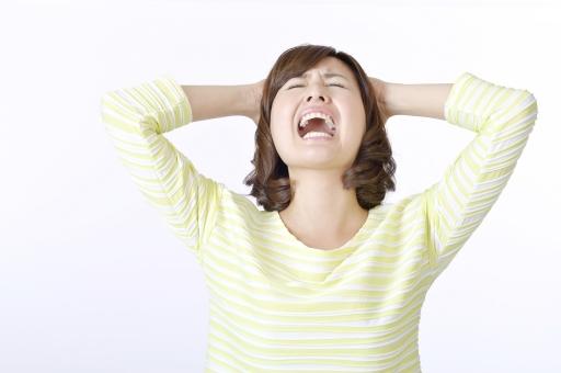 人物 女性 女の子 若い 若者   20代 日本人 屋内 スタジオ撮影 白バック   白背景 ジェスチャー 仕草 かわいい 可愛い ポーズ 上半身 正面 叫ぶ 大声 頭を抱える ストレス イライラ 限界 辛い 悔しい 表情 余白 コピースペース 失敗 mdjf003
