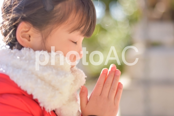 手を合わせる子供の写真
