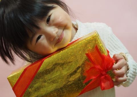 感謝 プレゼント リボン 笑顔 クリスマス 誕生日 子供 子ども 女児 かわいい にっこり ニッコリ 日本人 child girl japanese cute present smile pretty 元気 お歳暮 少女 園児