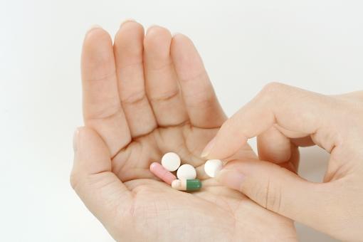 手 人物 人 指 薬 医療 健康 サプリ サプリメント 病気 投薬 内服 治療 医者 病院 薬局 副作用 カプセル 錠剤 美容 処方 医学 体 身体